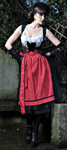Anina W: Taffeta schwarz mit roter Schürze, aufwendige Perlenstickerei am Dekollete, Samtschleife,  incl. Bluse mit Volants, armfrei, ca. € 1990,-