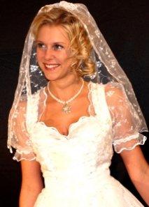 Brautdirndl - weißer Taft/Wildseide mit Stickerei und Pailletten, ca. € 850,-