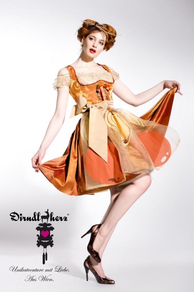 Modell BITTERORANGE - Makeup&Haare: Christine Wegscheider/headquarters, Kofschmuck: Christine Rohr, Schuhe United Nude/Wien