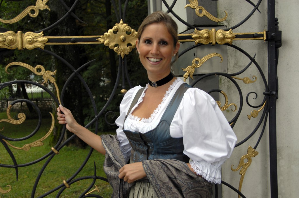Tostmann Festtagsdirndl, bestickt mit Lebensbäumchen und Blätterranke