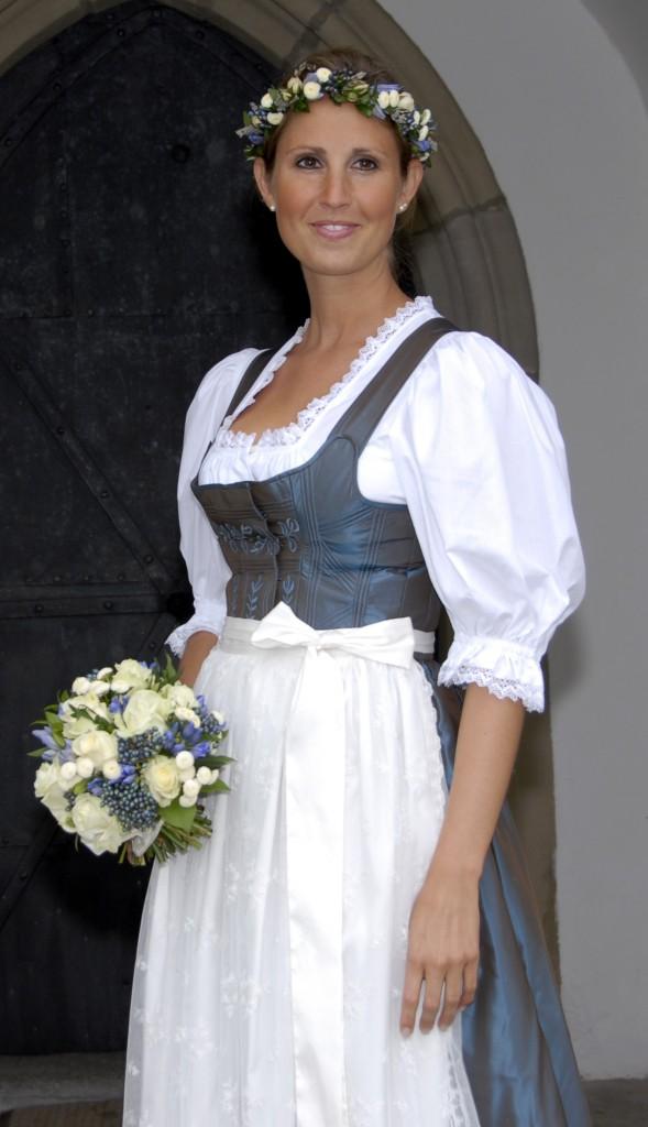Tostmann Hochzeitsdirndl Hohensalzburg, bestickt mit Lebensbäumchen und Blätterranke