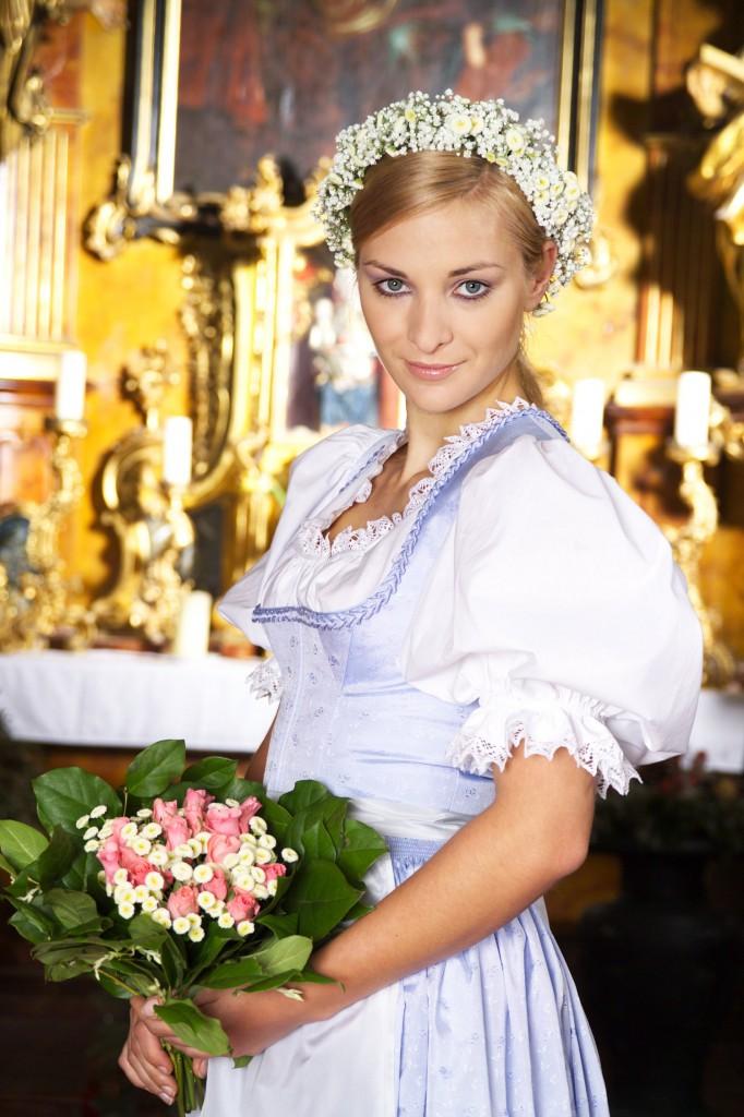Hochzeitsdirndl aus Seidenbrokat mit dezentem Trachtenblümchen