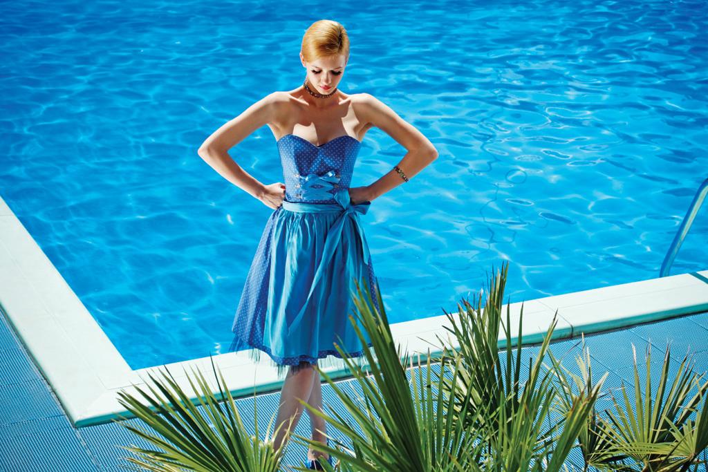Korsagen Dirndl mit Petticoat in Vergissmeinnicht-Blau von Ploom