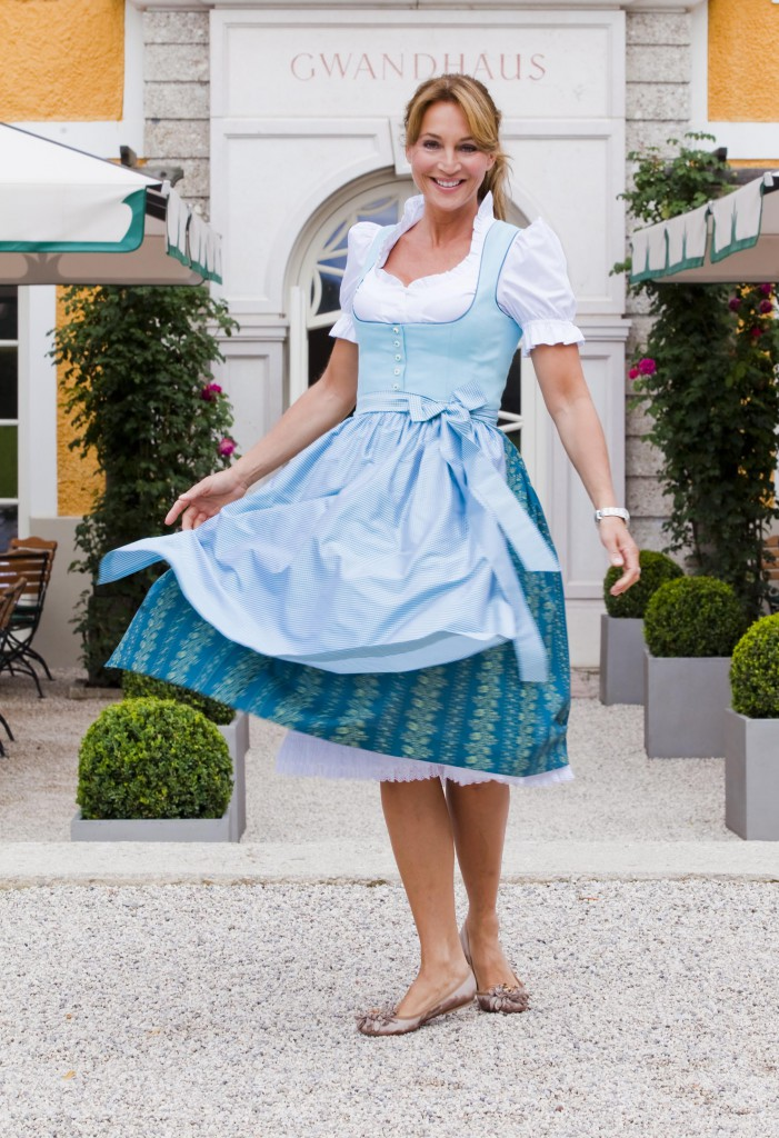 Caroline Beil vor dem Gössl Gwandhaus in Salzburg