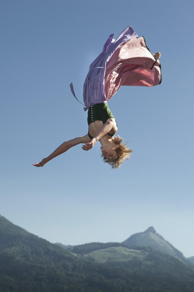 Dirndln und Buam beweisen Mut und Akrobatik bei den Dirndlflugtagen von Gössl