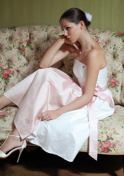Brautdirndl weiß mit rosa Schürze