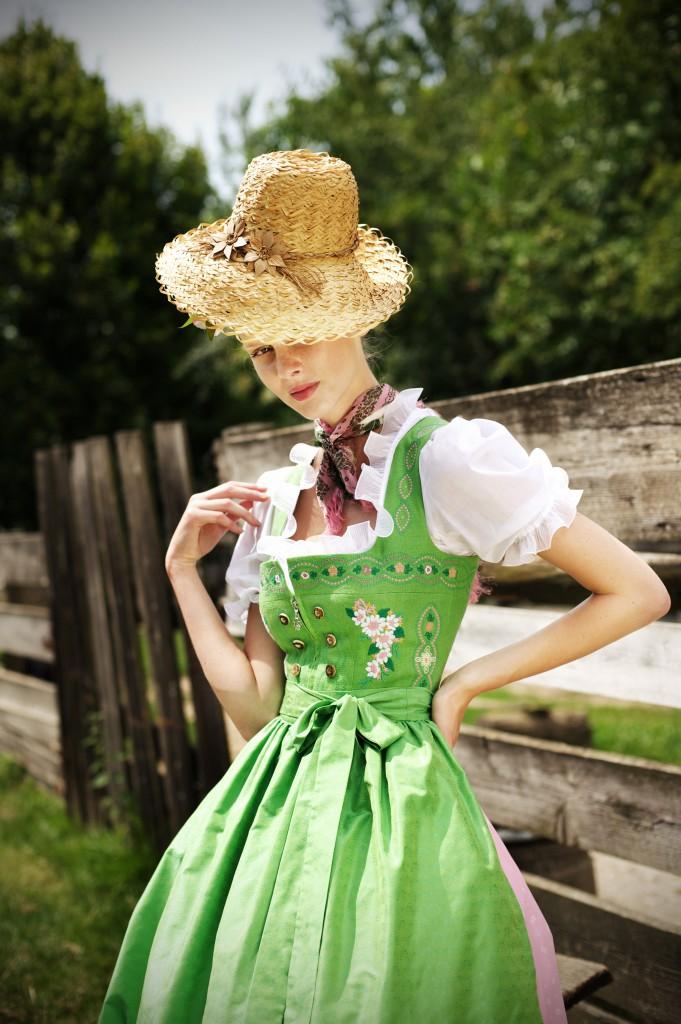 Dirndl grün, reich bestickt