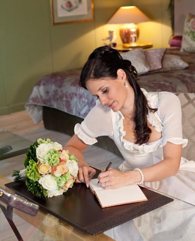 Hochzeitsdirndl écru mit Ausseer Handdruck - Susanne Spatt